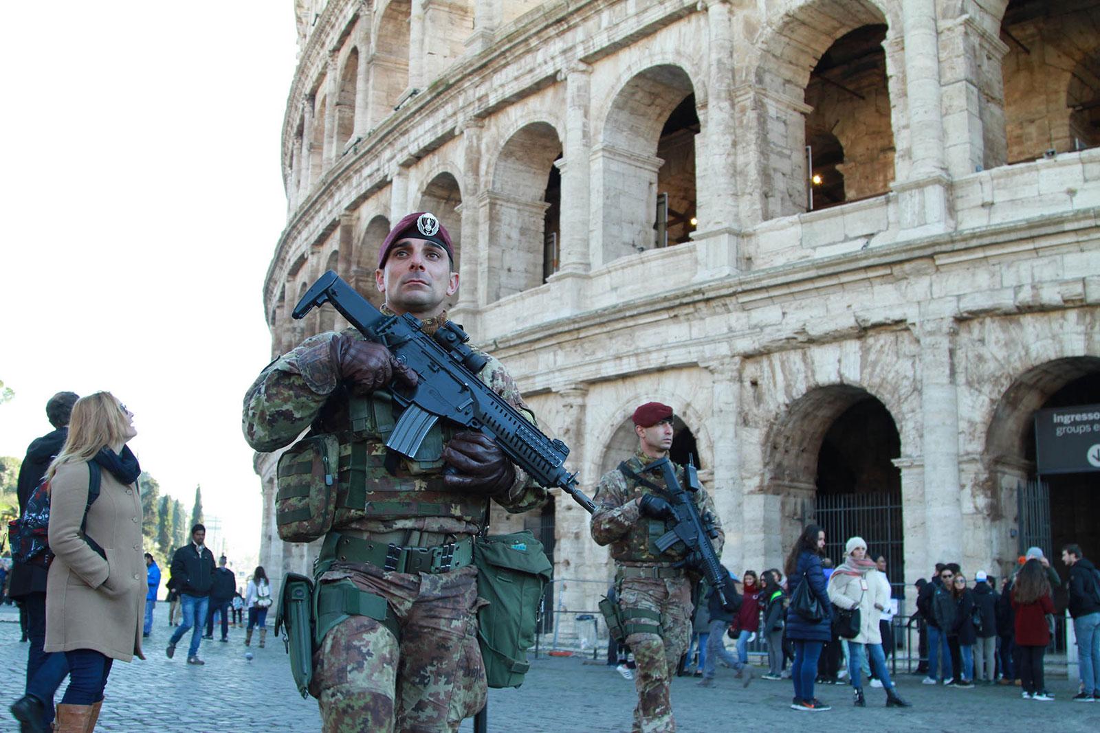 Militari in pattuglia al Colosseo