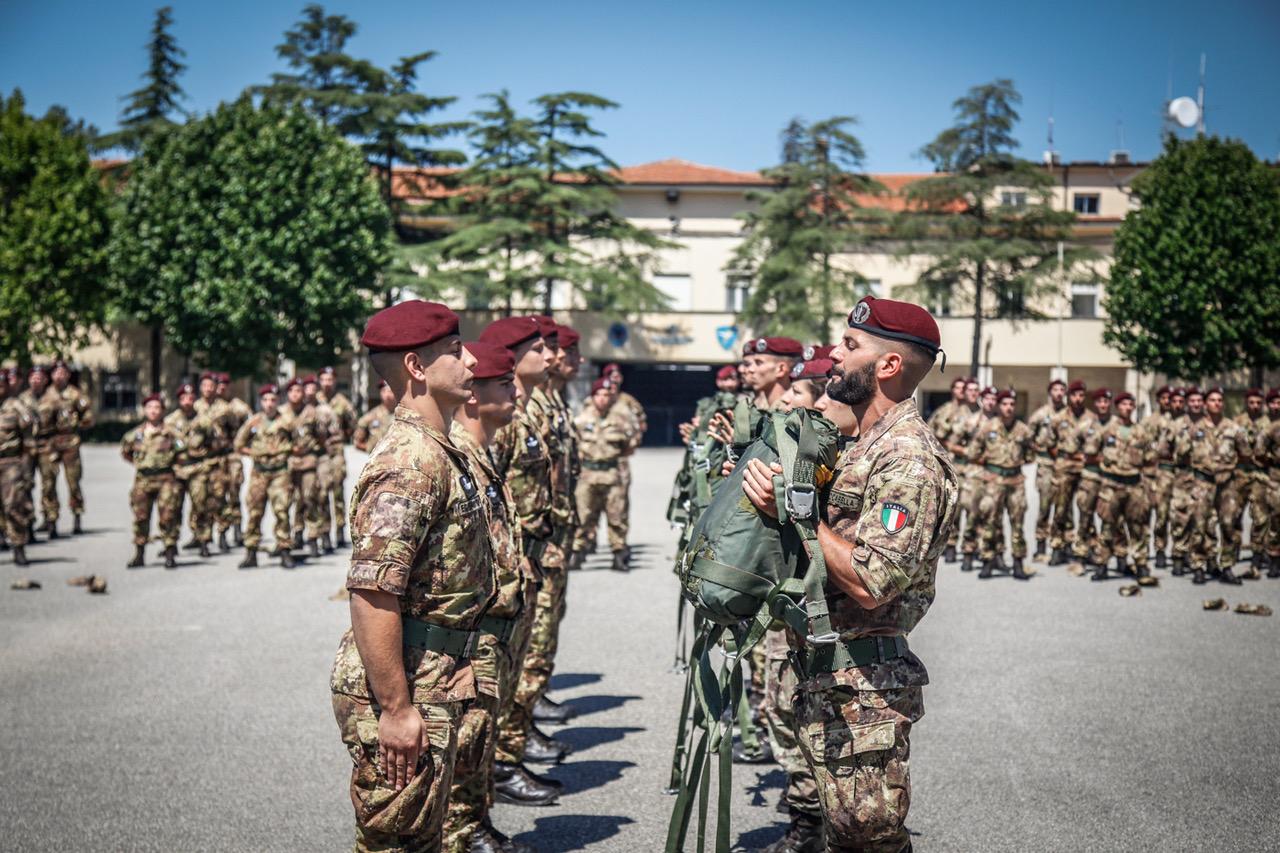 La cerimonia del passaggio di consegna del paracadute dagli istruttori ai  neo paracadutisti e3a92c762299