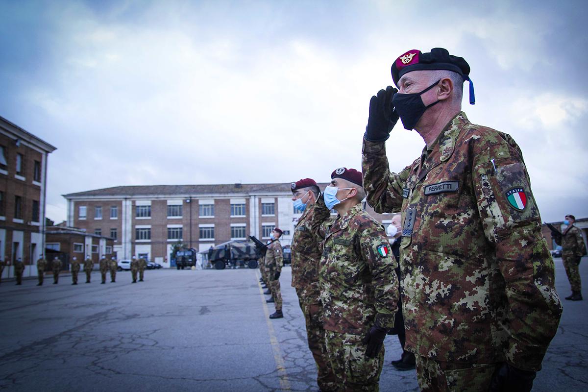Il Gen. Perretti saluta la Bandiera di Guerra