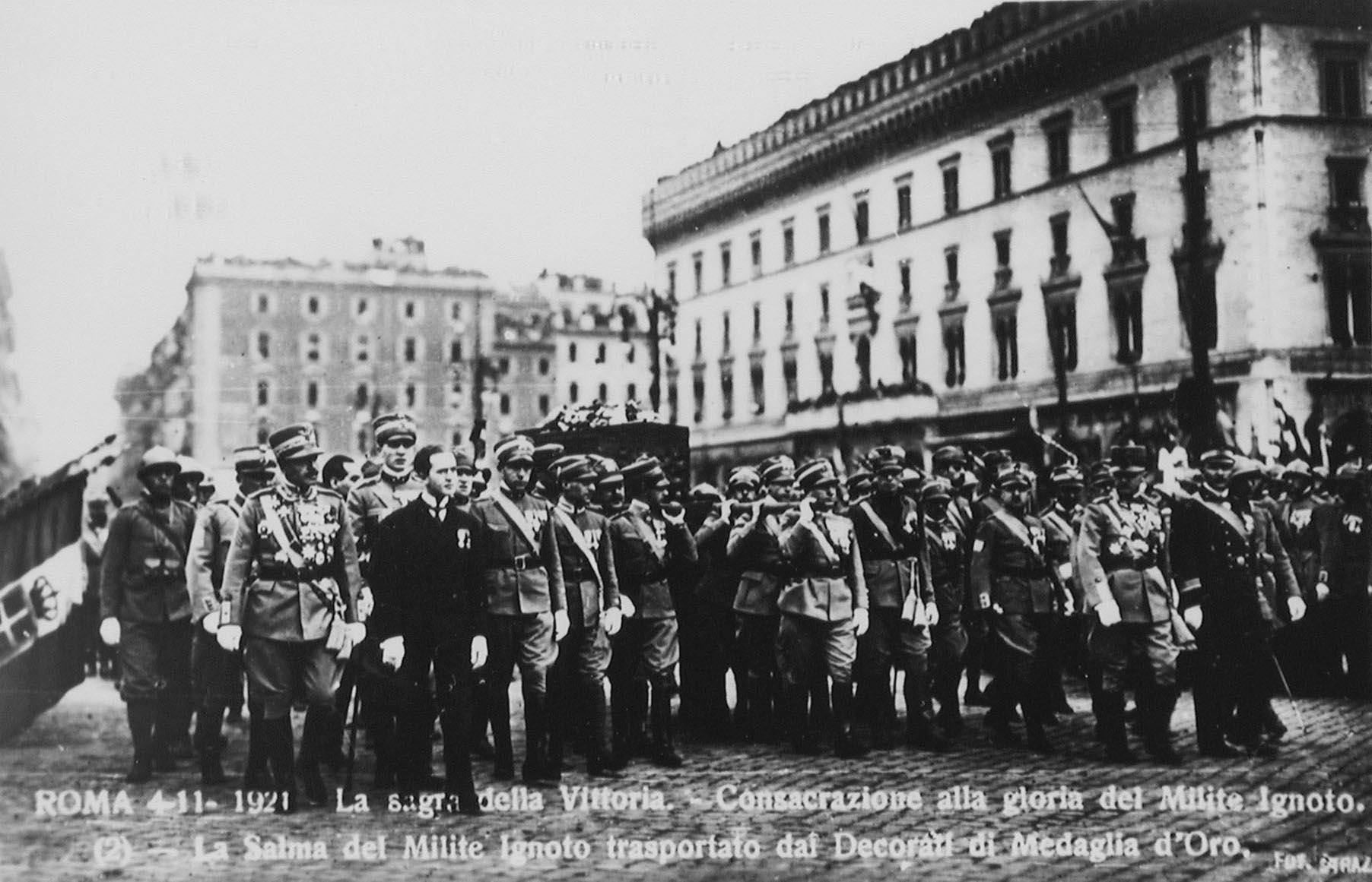 La salma del milite trasportata dai decorati di medaglia d'oro